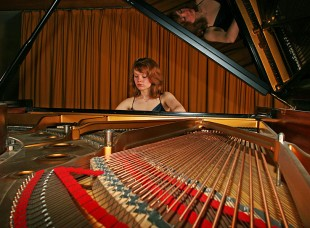 Clare Hammond Plays the Piano © David Steel